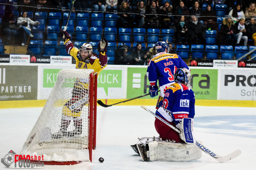 Genfs Kevin Romy (88) jubelt ueber den Treffer zum 2:0, Eishockey NLA Kloten Flyers - HC Geneve-Servette in der SWISS Arena in Kloten