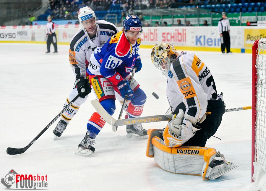 Klotens Robin Leone (81) und Luganos Ryan Gardner (51) vor Luganos Torhüueter Elvis Merzlikins (30), Eishockey, NLA, EHC Kloten - HC Lugano in der SWISS Arena in Kloten. 29.11.2016 Foto: Leo Wyden