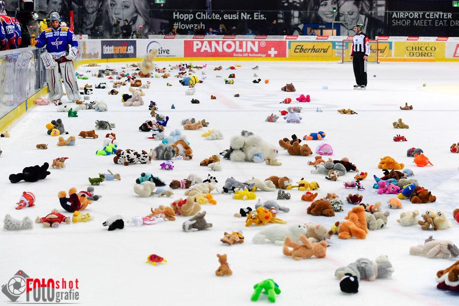 Die Plüschtiere durften auf die Eisfläche geworfen werden, Eishockey NLA, EHC Kloten - SC Bern in der SWISS Arena in Kloten. 11.12.2016 Foto: Leo Wyden