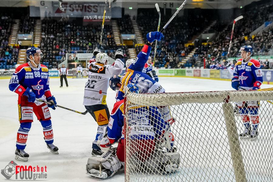 Die Zuger jubeln und die Klotener  James Sheppard (88) links und Lukas Frick (38) rechts sind enttäuscht. Eishockey, NLA, EHC Kloten - EV Zug in der SWISS Arena in Kloten. 03.12.2016 Foto: Leo Wyden