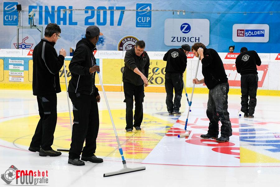Das Stadion wird umgestylt und die Werbung dementsprechend angepasst für den Cup-Final vom Mittwoch 1. Februar 2017 um 20:15 Uhr, EHC Kloten – Genève-Servette HC, in der Swiss Arena in Kloten. 31.01.2017 Foto: Leo Wyden